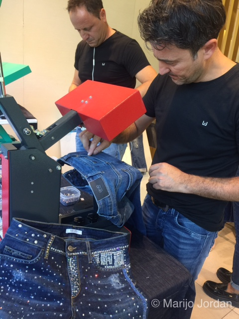 Proceso customización denim en Liu Jo