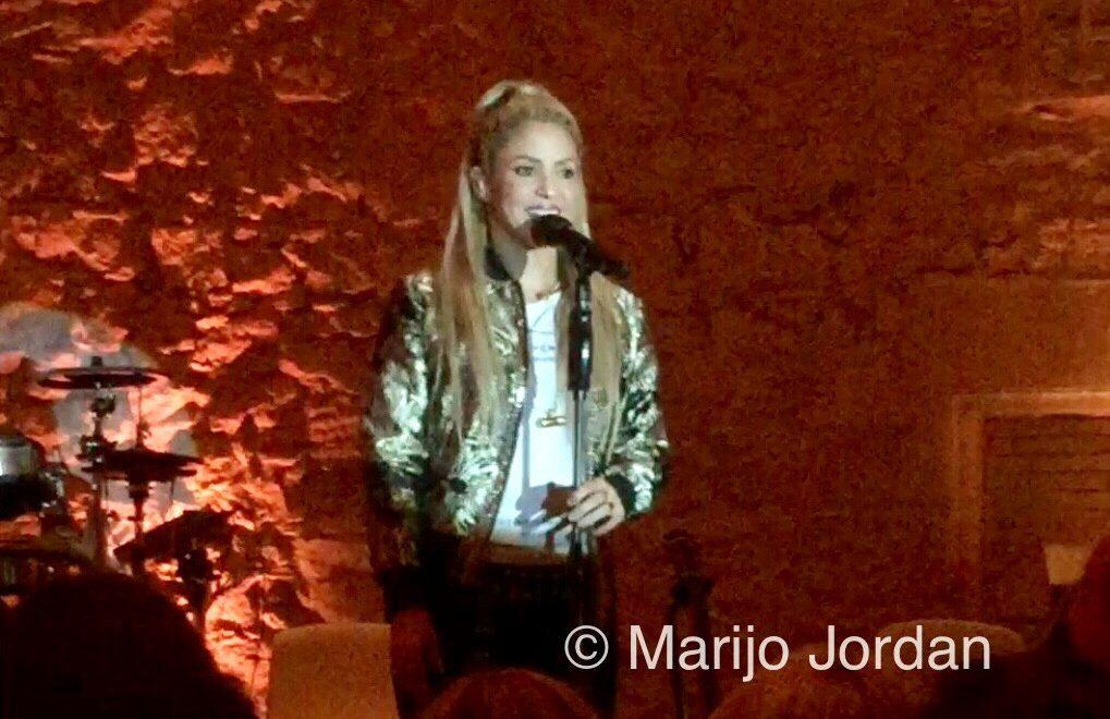 Shakira canta por sorpresa en una noche dorada