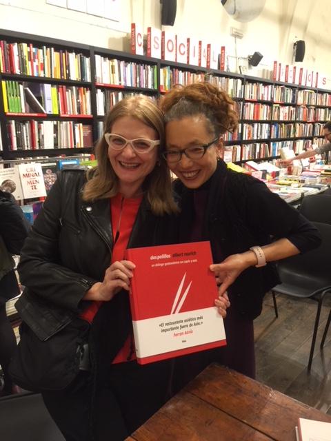 Marijo y Tamae con libro Dos Palillos